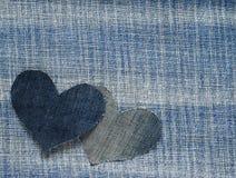 Due cuori hanno tagliato da denim blu in un fondo alla moda Fotografia Stock Libera da Diritti