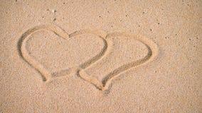 Due cuori nella sabbia sulla spiaggia Immagine Stock Libera da Diritti