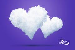 Due cuori nuvolosi del biglietto di S. Valentino su un fondo porpora Fotografia Stock