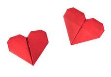 Due cuori rossi di origami su fondo bianco Biglietti di S. Valentino isolati Immagine Stock