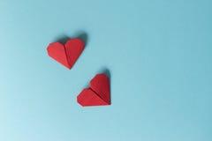 Due cuori rossi di origami su un fondo blu Vista da sopra Fotografia Stock