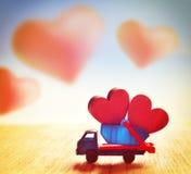 Due cuori rossi nel camion Rosa rossa Fotografie Stock