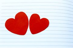Due cuori rossi su Notebook& x27; pagina di s fotografie stock