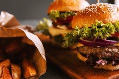 Due da acquolina in bocca, hamburger casalingo delizioso Immagine Stock Libera da Diritti