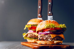 Due da acquolina in bocca, hamburger casalingo delizioso usato per tagliare manzo a pezzi Fotografia Stock Libera da Diritti