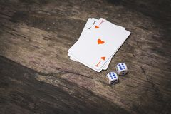 Due dadi del gioco numerano sei e l'asso delle carte da gioco dei cuori con copyspace Fotografie Stock