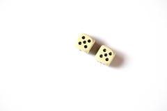 Due dadi raddoppiano il numero cinque su un fondo bianco astrazione di gioco Fotografie Stock