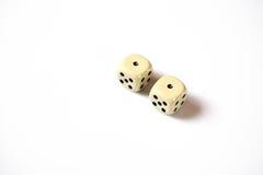 Due dadi raddoppiano il numero uno su un fondo bianco astrazione di gioco Immagine Stock