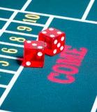 Due dadi rossi sul gioco di gioco verde Fotografie Stock Libere da Diritti