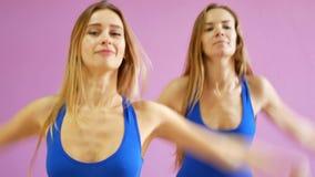Due Ragazze In Costumi Da Bagno Blu Ballano Contro Lo Sfondo Di Una ...