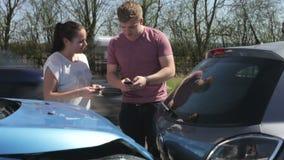 Due dettagli di assicurazione di scambio dei driver dopo l'incidente archivi video