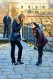 Due di conversazione sveglia delle ragazze Immagine Stock