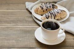 Due di recente croissant e tazze di caffè al forno del cioccolato sul bordo di legno Concetto della prima colazione Immagini Stock Libere da Diritti