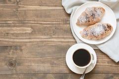 Due di recente croissant e tazze di caffè al forno deliziosi del cioccolato sul bordo di legno Vista superiore Concetto della pri Fotografie Stock