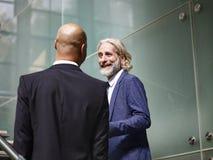 Due dirigenti aziendali che parlano mentre scale salenti Fotografia Stock