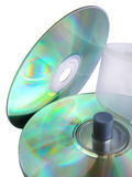 Due dischi compatti, asse di rotazione e caselle. Riflessioni spettacolari sul CD fotografia stock