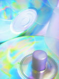 Due dischi compatti, asse di rotazione e caselle. Riflessioni spettacolari sul CD fotografia stock libera da diritti