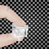 Due dita della mano che tiene il ghiaccio Fotografie Stock Libere da Diritti