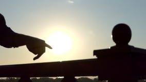 Due dita di una passeggiata maschio della mano lungo una ferrovia del ponte al tramonto nel Slo-Mo archivi video
