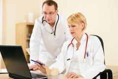 Due documenti di discussione dei medici o risultati della prova Immagini Stock Libere da Diritti