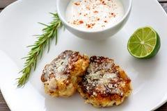 Due dolci del gamberetto su un piatto bianco con un cuneo di limone delle salse di immersione dell'aglio del limone e un gambo o  fotografie stock