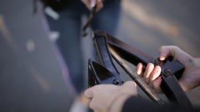 Due donne al bordo della strada che prova a cambiare una gomma dalla vostra automobile con un Jack, clouse su video d archivio