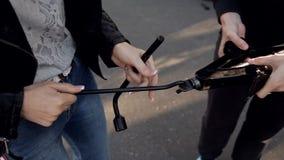 Due donne al bordo della strada che prova a cambiare una gomma dalla vostra automobile con un Jack, clouse su archivi video