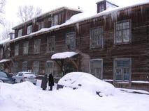 Due donne anziane vicino ad una grande casa di legno che parlano nell'inverno fotografia stock libera da diritti
