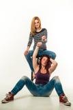 Due donne arrabbiate si sono collegate da un paio delle manette Fotografie Stock