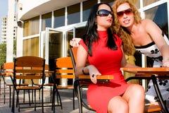 Due donne attraenti in caffè della via Fotografie Stock Libere da Diritti