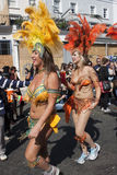 Due donne che ballano dentro al carnevale del Notting Hill Fotografia Stock