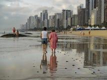 Donne che camminano dal mare Fotografia Stock Libera da Diritti