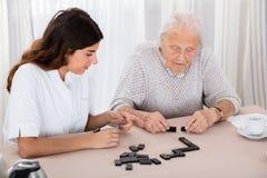 Due donne che giocano il gioco di domino in ospedale Immagine Stock Libera da Diritti