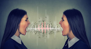 Due donne che gridano ad a vicenda Fotografie Stock
