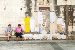 Due donne che offrono ricamo fatto a mano in Zadar, Croazia fotografia stock