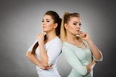 Due donne che pensano a qualcosa Fotografia Stock