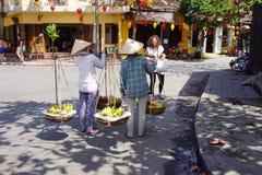 Due donne che portano frutta Immagini Stock Libere da Diritti