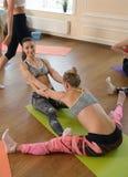 Due donne che praticano allungamento insieme Immagini Stock