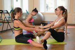 Due donne che praticano allungamento insieme Fotografia Stock