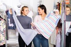 Due donne che selezionano indumenti da notte in deposito Immagine Stock Libera da Diritti