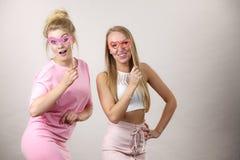 Due donne che tengono gli accessori di carnevale Fotografia Stock
