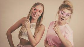 Due donne che tengono gli accessori di carnevale Immagine Stock Libera da Diritti