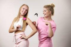 Due donne che tengono gli accessori di carnevale Fotografia Stock Libera da Diritti