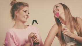 Due donne che tengono gli accessori di carnevale Immagini Stock Libere da Diritti