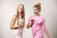 Due donne che tengono gli accessori di carnevale Immagini Stock