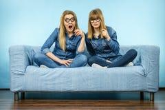 Due donne colpite che tengono gli occhiali falsi sul bastone Immagine Stock Libera da Diritti