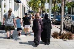 Due donne con abbigliamento islamico tradizionale in Beverly Hills immagine stock