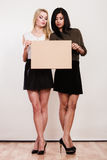 Due donne con il bordo in bianco Immagini Stock
