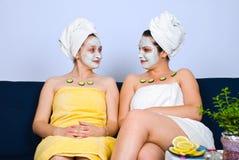 Due donne con la mascherina facciale al salone della stazione termale fotografia stock libera da diritti