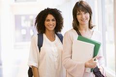 Due donne con levarsi in piedi degli zainhi Fotografie Stock